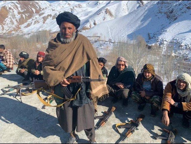 Milicianos talibán en una imagen de archivo entregando sus armas al Ejército afgano