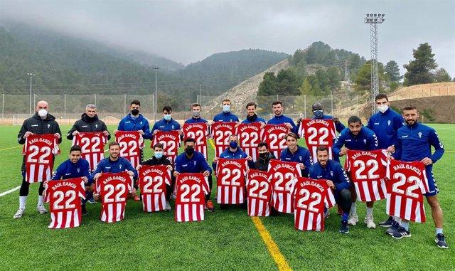 La plantilla del CD Alcoyano posa con las camisetas enviadas por el jugador del Athletic Club Raúl García
