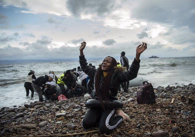 Migrantes africanos tras su llegada a la isla de Lesbos, en Grecia, desde Turquía