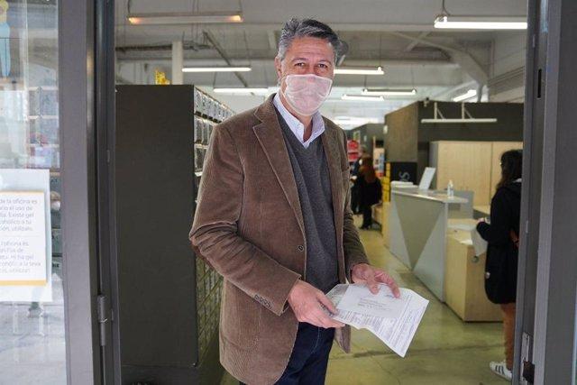 L'alcalde de Badalona, Xavier García Albiol, en una oficina de Correus per sol·licitar el vot per correu