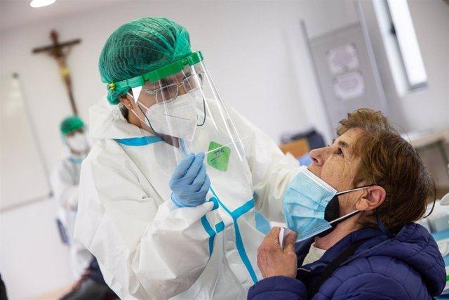 Una mujer se somete a un test de antígenos en la parroquia del Espíritu Santo, en Badajoz.