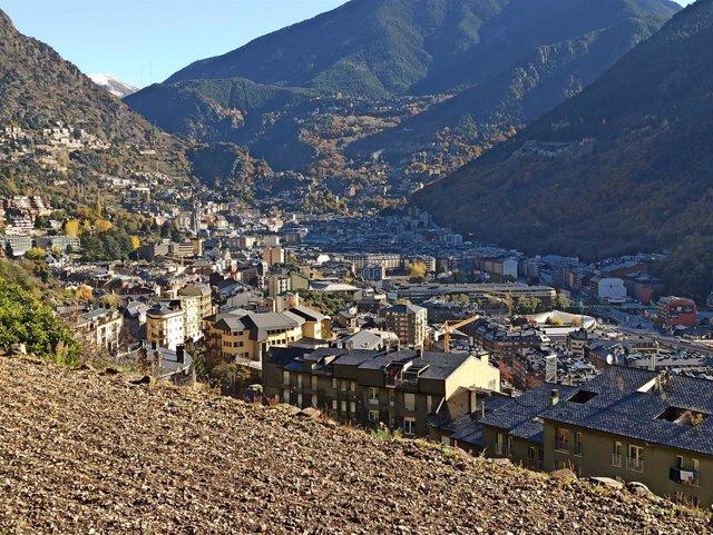 Vista d'Andorra la Vella i Escaldes-Engordany des del passeig del Rec del Solà