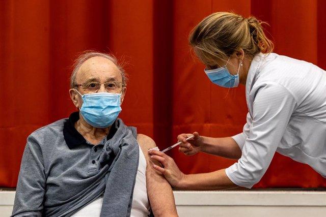 Un hombre es vacunado contra la COVID-19 en Bélgica.