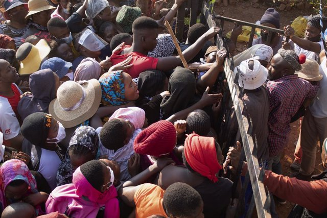 """07 June 2020, South Africa, Pretoria: Residents of the squatter settlement """"Brazerville"""" crowd around the city council and members of the non-governmental organization """"Lajpaal Foundation"""" during the distribution of food packages. Photo: Manash Das/ZUMA W"""