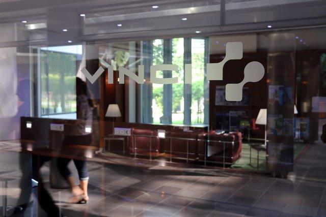 Logo de la constructora francesa Vinci en una de sus oficinas en Francia.