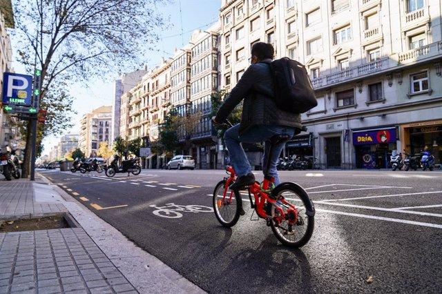 Inaugurat el nou carril bici al carrer Aragó de Barcelona.