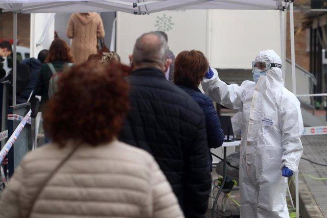 Sanitarios toman la temperatura a las personas citadas por Salud, antes de  hacerse los test rápidos de antígenos PCR, en un cribado masivo en la barriada malagueña de La Luz. Málaga a 04 de febrero del 2021