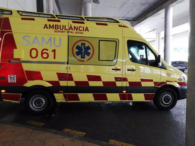 Una ambulancia de soporte vital básico del SAMU 061 de Baleares, aparcada en el Hospital Son Espases.