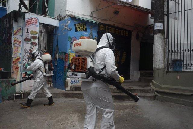 Un grupo de trabajadores desinfecta la favela de Santa Marta, en Río de Janeiro, Brasil.