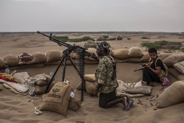 Milicianos de la coalición liderada por Arabia Saudí vigilan el frente en busca de francotirados hutíes en una imagen de archivo de la guerra de Yemen