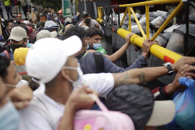 Migrantes de la caravana de Honduras de enero de 2020 en El Florido, Guatemala.
