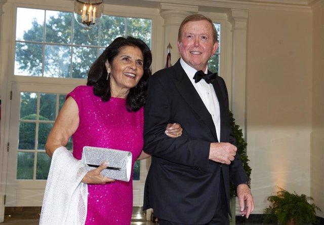 El presentador Lou Dobbs y su esposa, Debi