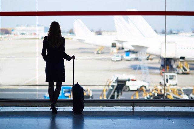 Imagen de mujer en aeropuerto