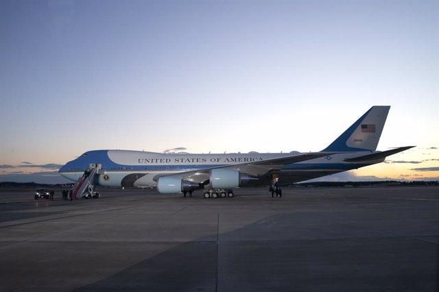 El Air Force One en laBasede la Fuerza AéreaAndrews, en Maryland, Estados Unidos, a 19 de enero de 2021. Trump abandona Washington dejando a los estadounidenses más divididos políticamente que cuando llegó, mientras espera el juicio para su segunda imp