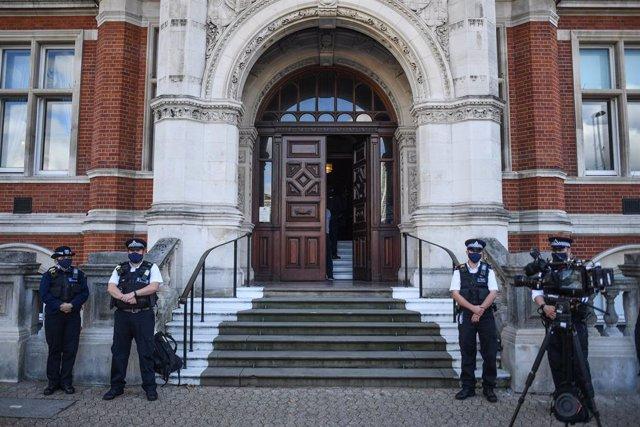 Agents enfront de l'edifici de la Policia Metropolitana, en Croydon.