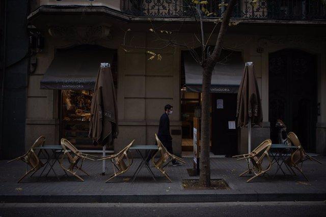Cadires buides en una terrassa d'un cèntric carrer de Barcelona, Catalunya (Espanya), 21 de desembre del 2020.