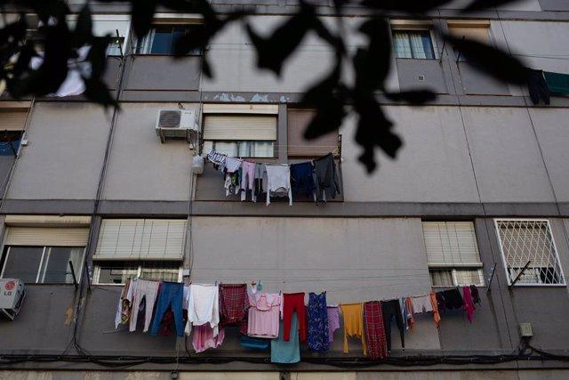 Estenedors amb roba estesa en un edifici del barri de Ciutat Meridiana, una de les zones amb la taxa d'infectats per Covid-19 més alta de Barcelona, a Barcelona, Catalunya, (Espanya), 9 de novembre del 2020.