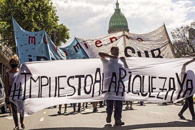 Manifestantes dando su apoyo a la creación de un impuestoa la riqueza en Argentina