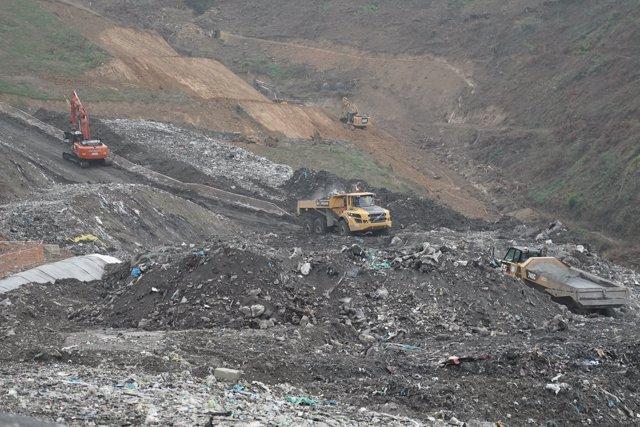 Una excavadora en el vertedero de Zaldibar, Bilbao, Euskadi, España, a 9 de octubre de 2020