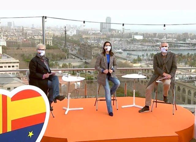 De izquierda a derecha, la número 2 de Cs para el 14F, Anna Grau, la presidenta de Cs, Inés Arrimadas, y el candidato de Cs a la Presidencia de la Generalitat, Carlos Carrizosa, en Barcelona a 6 de febrero de 2021.