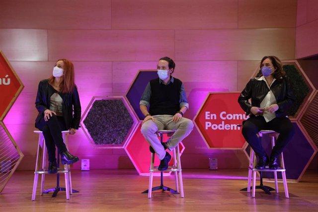 El secretario general de Podemos, Pablo Iglesias; la alcaldesa de Barcelona, Ada Colau; la candidata a las elecciones catalanas de los comuns, Jéssica Albiach en un acto de camapaña a las elecciones del 14 de febrero. Santa Coloma de Gramenet (Barcelona)