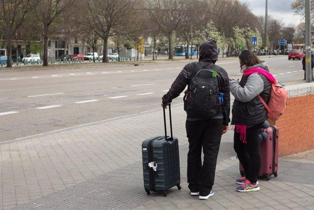 Dos turistas con maletas a su salida de la Estación de Atocha