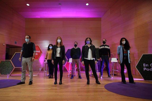 El secretari general de Podem, Pablo Iglesias; l'alcaldessa de Barcelona, Ada Colau; la candidata a les eleccions catalanes dels comuns, Jéssica Albiach; al costat de membres de la candidatura a Santa Coloma de Gramenet (Barcelona)