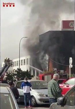Estabilitzat un incendi que ha cremat una indústria de Rubí (Barcelona)