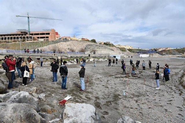 Varias personas participan en una concentración, en recuerdo a los migrantes fallecidos en la conocida como 'Tragedia del Tarajal', en la Playa del Tarajal, en Ceuta (España) a 6 de febrero de 2021.