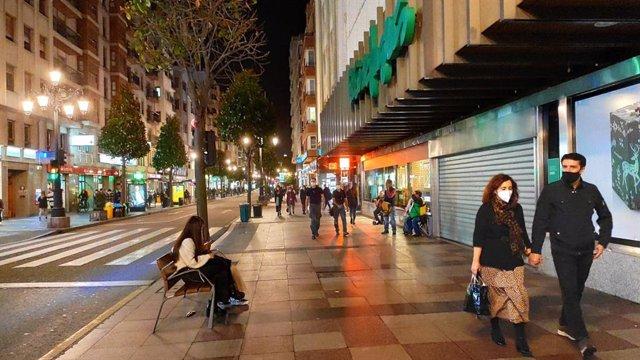 Calle Uría de Oviedo durante el cierre de la actividad no esencial por el coronavirus