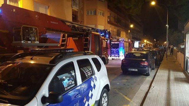 Els cossos d'emergències desallotgen d'un edifici a 27 veïns per una fugida de gas