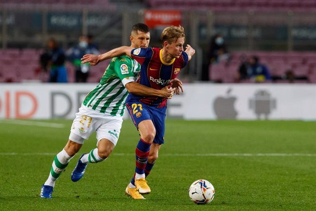 Barcelona's Frenkie de Jong (R) and Reial Betis's Guido Rodriguez battle for the ball during the Spanish Primera Division soccer match between Barcelona and Reial Betis at the Camp Nou. Photo: David Ramirez/DAX via ZUMA Wire/dpa