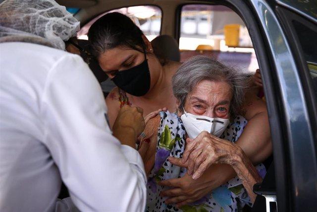 Irene Mondegar Penha, de 101 años, reibe la administración de la vacuna CoronaVac en Río de Janeiro.