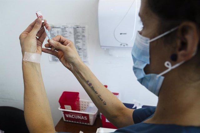 Una enfermera prepara una dosis de la vacuna contra el coronavirus Sputnik V en la ciudad argentina de Rosario.