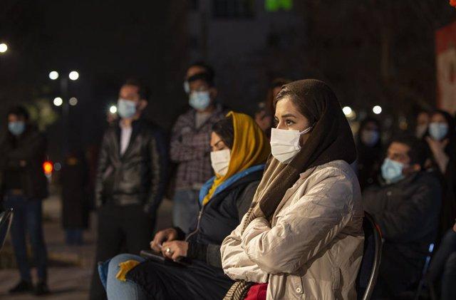 Personas con mascarilla durante un espectáculo en Teherán, Iran.