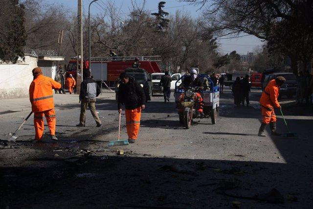 Empleados municipales limpian el lugar en el que estalló una bomba en Kabul el 6 de febrero de 2021.