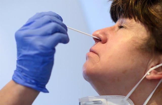 05 February 2021, Berlin: A nasopharyngeal swab is taken from a Berlin nurse aide at the coronavirus testing centre for symptom-free members at the Queen Elisabeth Herzberge Evangelical Hospital (KEH) in Berlin-Lichtenberg. Photo: Bernd von Jutrczenka/dpa