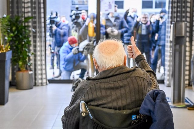28 December 2020, Belgium, Puurs: Jos Hermans, 96 years old, greets the press representatives after receiving his dose of the Biontech/Pfizer COVID-19 vaccine at the Sint Pieter care home. Photo: Pool Dirk Waem/BELGA/dpa
