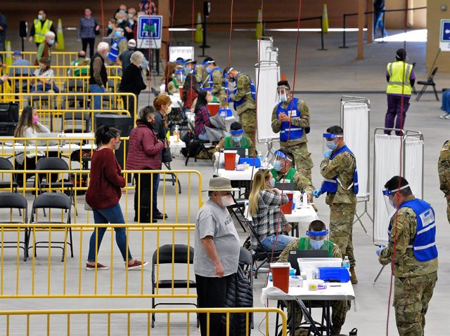 06 January 2021, US, Albuquerque: People receive shots of the coronavirus (Covid-19) vaccine from members of the New Mexico Army and Air National Guard at Tingley Coliseum. Photo: Jim Thompson/Albuquerque Journal via ZUMA/dpa