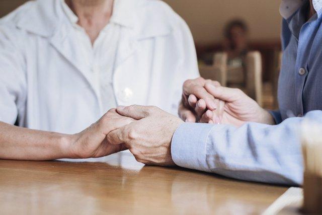 Atención y acompañamiento a una persona mayor