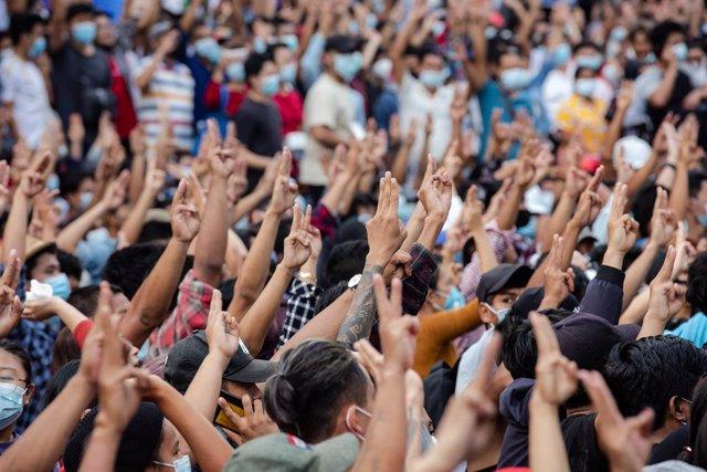 Els manifestants contra el cop d'estat a Birmània fan la salutació amb tres dits alçats, símbol de les manifestacions pro democràcia a Àsia.