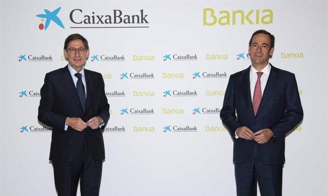 (I-D) El presidente de Bankia, que será presidente ejecutivo de la nueva entidad tras la fusión con Caixabank, José Ignacio Goirigolzarri, y del consejero delegado de CaixaBank y que será consejero delegado del nuevo banco, Gonzalo Gortázar.