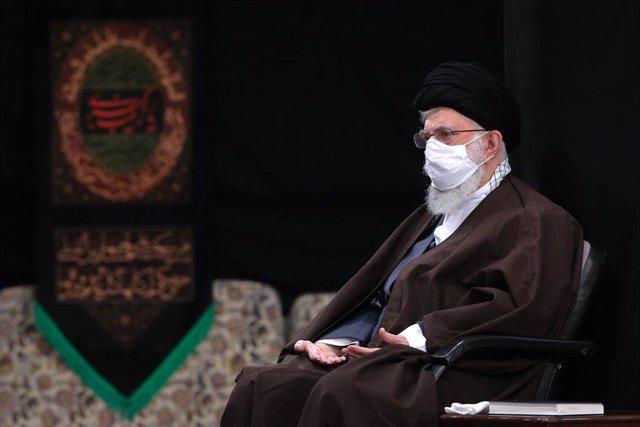El líder supremo, ayatolá Ali Jamenei, con mascarilla