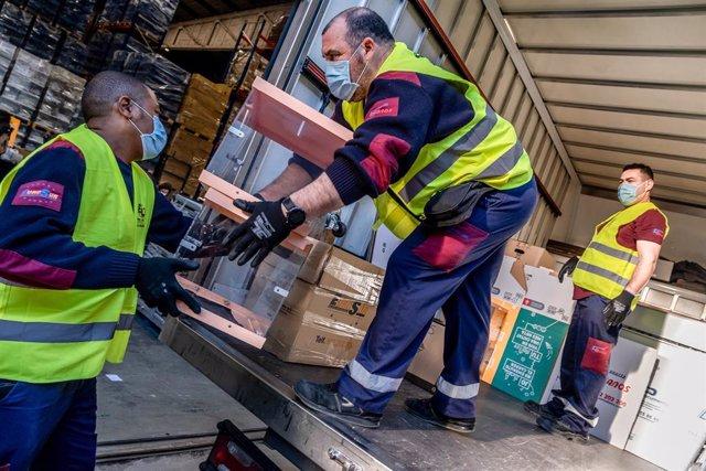 Treballadors fan entrega de les urnes per a les eleccions generals a l'Equador.