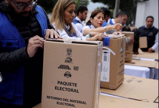 Un grupo de vocales abriendo los paquetes electorales enviados por el CNE para las elecciones en Ecuador.