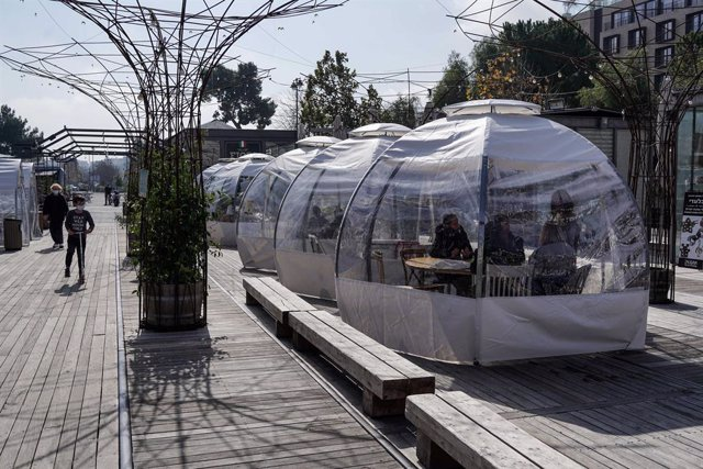 07 February 2021, Israel, Jerusalem: People dine in outdoor restaurant tents after Israel eased its third lockdown on Sunday, despite the high number of new confirmed coronavirus cases. Photo: Nir Alon/ZUMA Wire/dpa