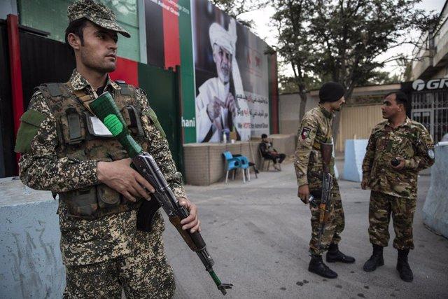 Fuerzas de seguridad afganas en un control de seguridad en una imagen de archivo.
