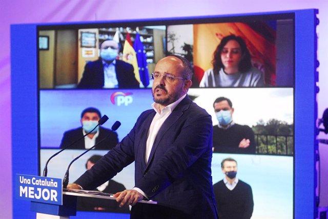 El candidat del PP a les eleccions catalanes del 14F, Alejandro Fernández, davant d'una pantalla amb els presidents autonòmics de Ceuta, Madrid, Múrcia, Andalusia, Castella i Lleó i Galícia, en l'acte central de la campanya