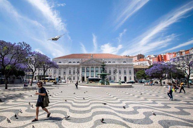 Personas en una plaza de la capital de Portugal, Lisboa, durante la pandemia de coronavirus