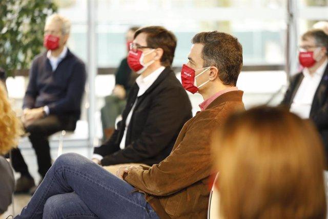 El presdiente del Gobierno, Pedro Sánchez, en un acto de campaña de las elecciones catalanas junto con el candidato socialista, Salvador Illa.